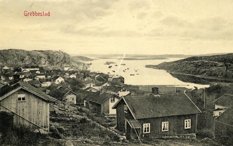 S14KGG 001153 - Utsikt från Härlidsberget över den gamla bebyggelsen och inloppet.
