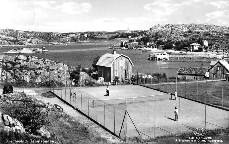 S14KGG 001152 - Tennisbanan i Rörvik. Till höger syns Kallbadhuset.