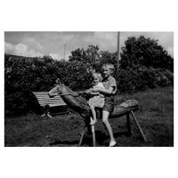 S14KGG 000684 - Två barn på en hemmagjord trähäst.