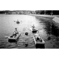 S14KGG 001150 - Här roar sig ungdomar med paddling i masonitbåtar.